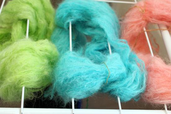 Anleitung: So färbt man selbst Mohair Wolle mit Kool-Aid Farben