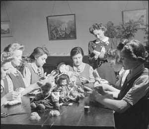 """""""Making Citizens- Everyday Life at An Approved School in Leicester, Leicestershire, England, UK, 1945 D24757"""" von Ministry of Information Photo Division Photographer - http://media.iwm.org.uk/iwm/mediaLib//44/media-44888/large.jpgThis is photograph D 24757 from the collections of the Imperial War Museums.. Lizenziert unter Gemeinfrei über Wikimedia Commons - https://commons.wikimedia.org/wiki/File:Making_Citizens-_Everyday_Life_at_An_Approved_School_in_Leicester,_Leicestershire,_England,_UK,_1945_D24757.jpg#/media/File:Making_Citizens-_Everyday_Life_at_An_Approved_School_in_Leicester,_Leicestershire,_England,_UK,_1945_D24757.jpg"""